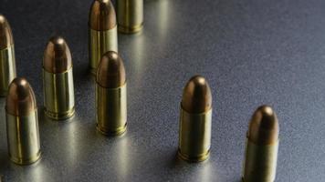 Tiro cinematográfico giratorio de balas sobre una superficie metálica - balas 037