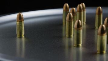 tiro giratório cinematográfico de balas em uma superfície metálica - balas 052 video