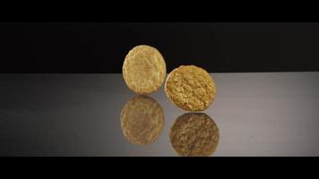 galletas que caen desde arriba sobre una superficie reflectante - galletas 217