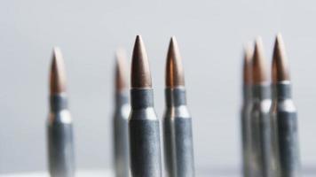 Disparo giratorio cinematográfico de balas sobre una superficie metálica - balas 021