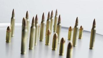 Disparo giratorio cinematográfico de balas sobre una superficie metálica - balas 076