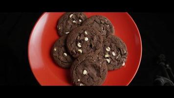 Plano cinematográfico, giratorio de galletas en un plato - cookies 031