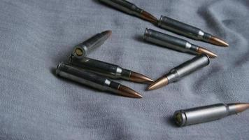 Disparo giratorio cinematográfico de balas sobre una superficie de tela - balas 105