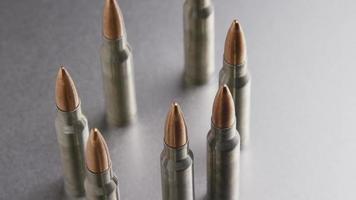 Disparo giratorio cinematográfico de balas sobre una superficie metálica - balas 002