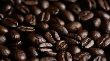 Foto giratoria de deliciosos granos de café tostados sobre una superficie blanca - granos de café 017