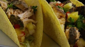 Foto giratoria de deliciosos tacos de pescado - comida 008