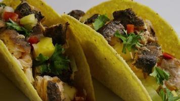 Foto giratoria de deliciosos tacos de pescado - comida 013