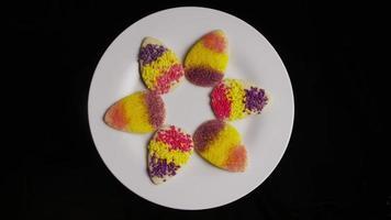 Colpo cinematografico e rotante di biscotti pasquali su un piatto - biscotti pasquali 001