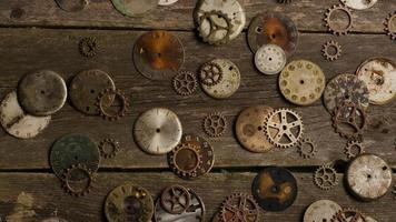 Imágenes de archivo giratorias tomadas de caras de relojes antiguas y desgastadas: caras de relojes 073 video