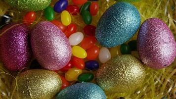 colpo rotante di decorazioni pasquali e caramelle in erba pasquale colorata - pasqua 016