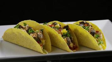 Foto giratoria de deliciosos tacos de pescado - comida 003