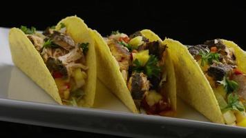 Foto giratoria de deliciosos tacos de pescado - comida 005