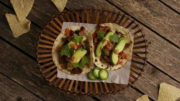 Foto giratoria de deliciosos tacos sobre una superficie de madera - barbacoa 126