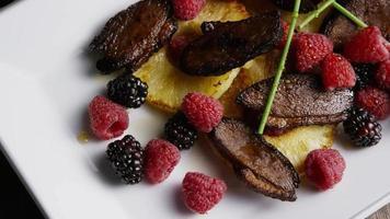 foto rotativa de um delicioso prato de bacon de pato defumado com abacaxi grelhado, framboesas, amoras e mel - comida 111 video