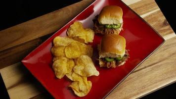rotierender Schuss von köstlichen Pulled Pork Slidern - Grill 091