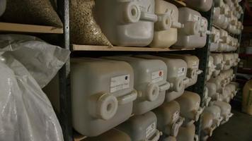 Imágenes en cámara lenta de suministros y procesos de elaboración casera de cerveza: elaboración de cerveza 047 video