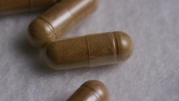 Imágenes de archivo giratorias tomadas de vitaminas y píldoras - vitaminas 0125 video