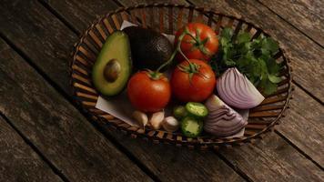 dose rotativa de lindos vegetais frescos em uma superfície de madeira - churrasco 117