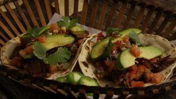 Foto giratoria de deliciosos tacos sobre una superficie de madera - barbacoa 140
