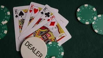 Disparo giratorio de cartas de póquer y fichas de póquer sobre una superficie de fieltro verde - Poker 011