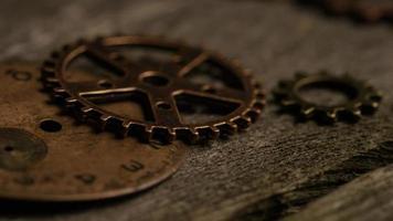 Imágenes de archivo giratorias tomadas de caras de relojes antiguas y desgastadas: caras de relojes 072 video