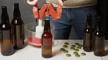 Imágenes en cámara lenta de suministros y procesos de elaboración casera de cerveza: elaboración de cerveza 051