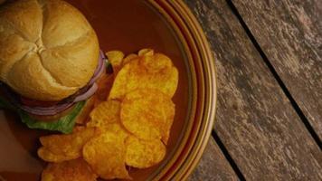 Foto giratoria de deliciosa hamburguesa y papas fritas - barbacoa 156