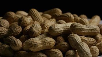 filme cinematográfico giratório de amendoim em uma superfície branca - amendoim 028