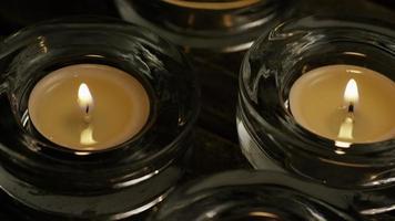 Velas de té con mechas en llamas sobre un fondo de madera - velas 015