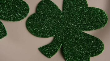 Tournage de séquences d'archives tournées de trèfles de la Saint-Patrick sur une surface blanche - st pattys 003