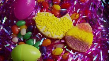 colpo cinematografico e rotante di biscotti di Pasqua su un piatto - biscotti di Pasqua 018