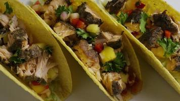 Foto giratoria de deliciosos tacos de pescado - comida 011