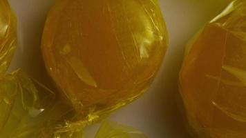rotierende Aufnahme von Butterscotch-Bonbons - Candy Butterscotch 005
