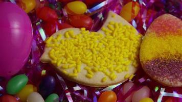 colpo cinematografico e rotante di biscotti di Pasqua su un piatto - biscotti di Pasqua 020