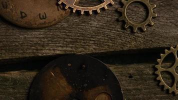 Imágenes de archivo giratorias tomadas de caras de relojes antiguas y desgastadas: caras de relojes 082 video