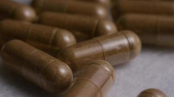 Imágenes de archivo giratorias tomadas de vitaminas y píldoras - vitaminas 0128 video