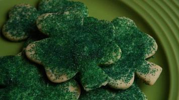 cena cinematográfica e giratória de biscoitos do dia da santa patty em um prato - biscoitos st patty 019