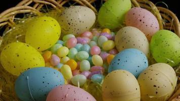 Foto giratoria de decoraciones de pascua y dulces en la colorida hierba de pascua