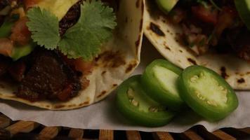 Foto giratoria de deliciosos tacos sobre una superficie de madera - barbacoa 141
