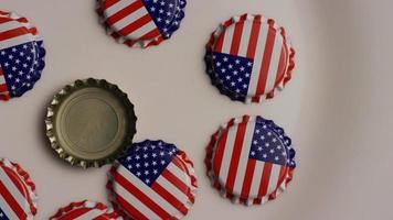 roterend schot van kroonkurken met de Amerikaanse vlag erop gedrukt - kroonkurken 003