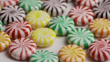 colpo rotante di un mix colorato di varie caramelle dure - caramelle miste 016