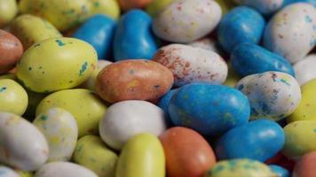 foto rotativa de doces de páscoa coloridos em uma cama de grama de páscoa - páscoa 130 video