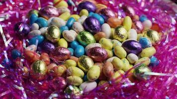 foto rotativa de doces de páscoa coloridos em uma cama de grama de páscoa - páscoa 171 video