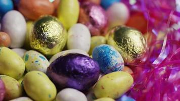Tournage de bonbons de Pâques colorés sur un lit d'herbe de Pâques - Pâques 176