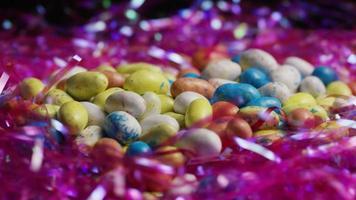 foto rotativa de doces de páscoa coloridos em uma cama de grama de páscoa - páscoa 142 video