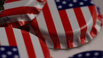 tomada rotativa de tampas de garrafa com a bandeira americana impressa nelas - tampas de garrafa