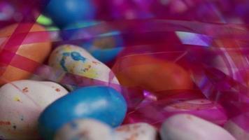 foto rotativa de doces de páscoa coloridos em uma cama de grama de páscoa - páscoa 134 video