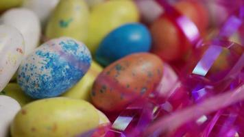 foto rotativa de doces de páscoa coloridos em uma cama de grama de páscoa - páscoa 133 video