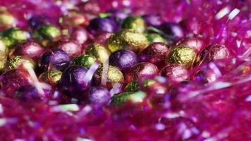 foto rotativa de doces de páscoa coloridos em uma cama de grama de páscoa - páscoa 217 video