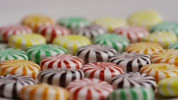 colpo rotante di un mix colorato di varie caramelle dure - caramelle miste 028